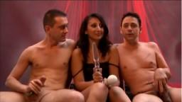 La árabe Aileen Dacosta en trío con dos sementales - Película porno