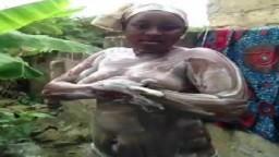 Una gorda africana se ducha en el jardín - Vídeo porno