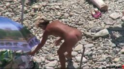 Una nudista madura se deja filmar en la playa por un mirón mientras ella masturba y se deja follar por su marido
