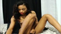 Una jamaiquina súper flaca con tetas muy pequeñas se frota el chumino en la webcam - XXX