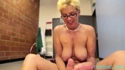 Una mujer madura con tetas grandes masturba una picha en los vestuarios después de un striptease - Película x hd
