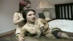 La enana Bridget en un trío interracial con una gran polla negra - Vídeo porno hd