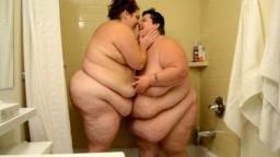 Una ducha entre dos mujeres lesbianas gordas - Vídeo porno