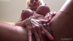 La culturista americana Ashlee Chambers acaricia su gran clítoris - Vídeo porno hd