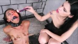 Una pequeña morena lesbiana esclava de su dominadora en bdsm - Vídeo porno hd