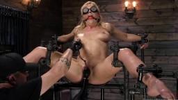 La milf Cherie Deville es torturada durante un bdsm en una mazmorra - Vídeo porno hd