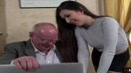 La joven pornostar turca Anya Krey follada por un viejo - Vídeo porno