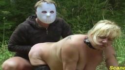 Esta mujer madura finlandesa se deja fistear en la naturaleza - Vídeo porno hd