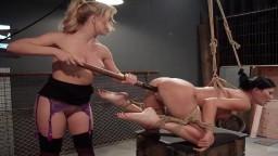 La británica Jasmine Jae follada por la lesbiana dominadora Cherie Deville con un cinturón consolador - Vídeo porno hd