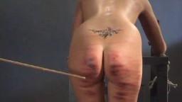 Las mujeres de una cárcel son golpeadas duramente con varas - Vídeo porno