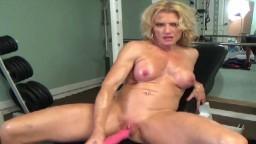 La culturista Amanda nos hace un striptease en el gimnasio - Vídeo porno hd