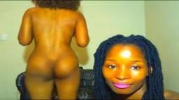Dos africanas sexy hacen su show desnudas en la webcam - Vídeo porno