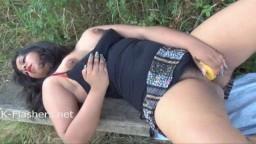 Kikis es una mujer india rechoncha que se masturba en la naturaleza con un plátano - Vídeo porno hd