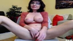Amatriz madura con gafas y grandes pechos se masturba en la webcam - Vídeo porno hd