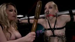 La lesbiana dominadora Aiden Starr tortura y humilla a Delirious Hunter en bdsm - Vídeo porno hd
