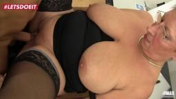 Esta abuela alemana follada en la oficina - Vídeo porno hd