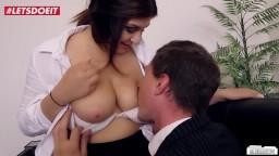 La joven secretaria alemana July Johson folla con su jefe en la oficina - Vídeo porno hd
