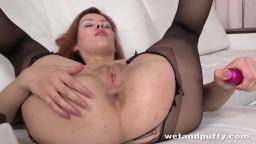 La rusa Raquel Rimma rompe sus medias para una masturbación anal - Vídeo porno hd