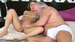 Un viejo barbudo horrible tiene la oportunidad de follarse a la rusa Dominica Phoenix - Vídeo porno hd