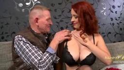 Un viejo y su amigo chingan con la hermosa pelirroja checa de grandes pechos Isabella Lui - Vídeo porno hd