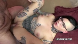 Una punk caliente lleno de tatuajes recibe un chorro de esperma en la boca - Vídeo porno hd
