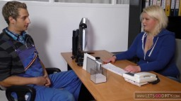Un trabajador tiene una relación sexual con su jefa alemana en la oficina - Vídeo porno hd