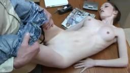 Una joven casi anoréxica follada en su lugar de trabajo - Vídeo porno hd