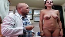 Una mujer mexicana filmada desnuda por su doctor para una liposucción - Vídeo porno hd