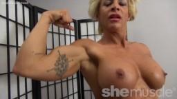 Una rubia desnuda culturista nos muestra su cuerpo musculoso - Vídeo porno hd