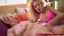 Una abuela y una joven se pastan el coño con ardor - Vídeo porno hd
