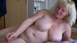 Dos abuelas gordas lesbianas se calientan mutuamente - Vídeo porno hd
