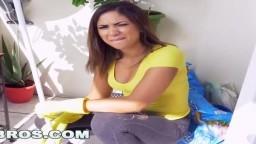 La chica de la limpieza latina Mariah no sólo limpia el apartamento - Vídeo porno hd