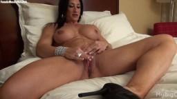 Elisa Ann Costa es una mujer culturista que tiene muchas ganas de excitarse el clítoris - Vídeo porno hd