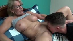 Una historia de sexo con una mamá canadiense - Vídeo porno hd