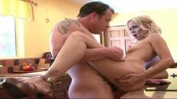 La mujer cougar americana Payton Leigh se deja follar en la cocina - Vídeo porno hd