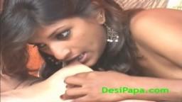 Una pareja de jóvenes lesbianas indias se masturban con botellas de soda - Vídeo porno hd
