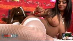 El magnífico striptease de la beurette francesa peluda Ivannah - Vídeo porno hd