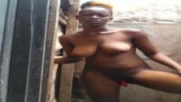 Una mujer africana camerunesa se baña fuera - Vídeo porno