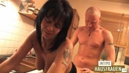 Esta mujer madura alemana follada en la cocina - Vídeo porno hd