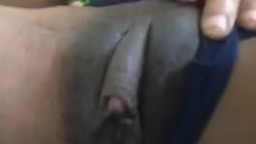 Una mujer negra pasa su mano sobre su gran clítoris - Vídeo porno hd