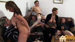Sexo en grupo entre swingers alemanes durante una velada con mucho alcohol - Vidéo porno hd