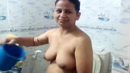 La ducha rudimentaria de una mujer pakistaní - Vídeo porno hd