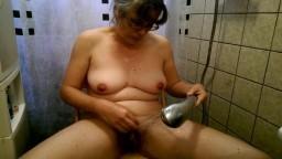 La ducha de la holandesa Alexandra que se excita con el chorro de agua - Vídeo porno hd