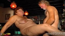 Un par de viejos alemanes guarros copulan en un bar - Película x hd