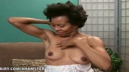 Una mujer negra madura peluda muestra todas las partes de su cuerpo - Película porno hd