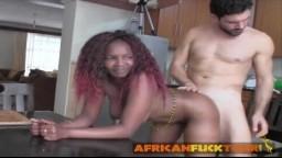 Una guapa africana seducida y follada por un hombre blanco muy caliente - Vídeo x hd