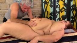 Un viejo masajista da placer a la gorda madura Lady Lynn - Film x hd