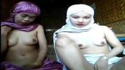 Dos jóvenes malayas musulmanas con velo muestran sus pequeñas tetas - Película x