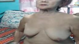 Esta abuela filipina muestra su cuerpo de anciana en la webcam - Vídeo x hd