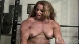 La campeona de Bodybuilding Lindsay Mulinazzi está en topless en plena sesión de musculación de los bíceps
